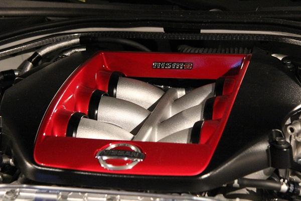 専用チューニングにより標準車を50ps上回る600psを達成したエンジン。カバーにはNISMOロゴが刻まれたプレートが飾られる