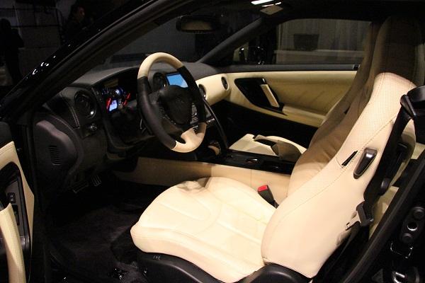 上級グレード「プレミアムエディション」では内装色にアイボリーが追加された。車両価格は1011万1500円(税込)となる