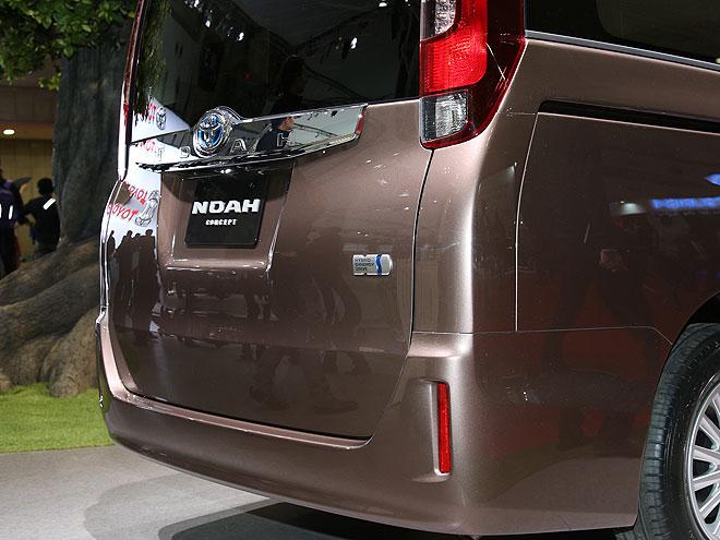 ノア/ヴォクシー 両車ともに、2.0Lのガソリン車に加えて、クラス初となる本格ハイブリットシステムを搭載した1.8Lハイブリッド車をラインアップ。バッテリーの配置を最適化して、広々とした室内空間を維持している