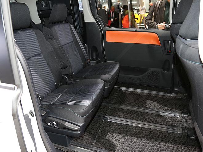 7人乗り仕様は2列目にクラス初となるロングスライドのキャプテンシート(1人掛けの座席)を採用。シートアレンジの自由度が向上し、使い勝手がさらに良くなった。また、ノア/ヴォクシーともに車いす仕様車も用意される