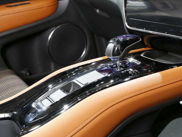 モデルラインナップは、1.5Lの直噴エンジンに高出力モーターを組み合わせた「スポーツ ハイブリッド i-DCD(ツインクラッチミッション)」を搭載したハイブリッド車と1.5Lのガソリン車の2種類となる