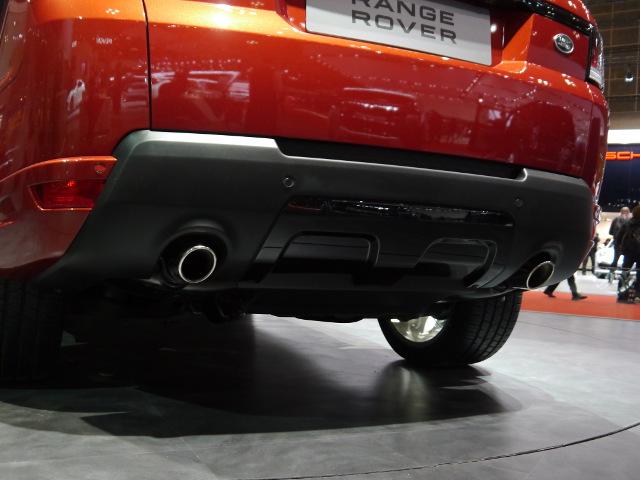 リアのディフューザー(清流版)やエキゾーストなど、オンロード指向となっている。5L V8モデルの0−100km/h加速は5.3秒。ランドローバー最速モデルが目指された