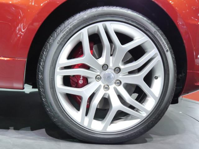 ブレーキは、イタリアの人気ブランド、ブレンボのシステムを採用。サスペンションはアルミ製のエアサスで、オンロードからオフロードまで対応可能だ