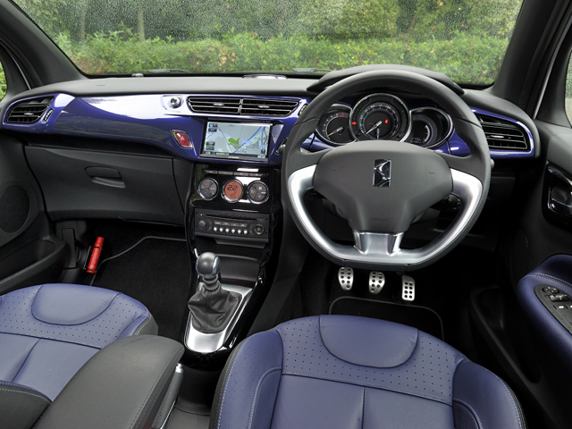 インテリアもハッチバックモデルから個性的なデザインを引き継いだ。前席にはバケットタイプのレザーシートを装備。プレミアム感を演出している