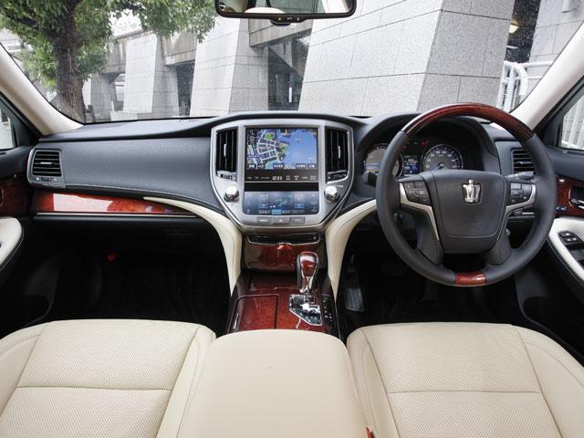 標準グレードのシートはファブリック、Fバージョンは本革シートを標準装備する。色はブラックとフラクセン(写真)の2タイプが用意される