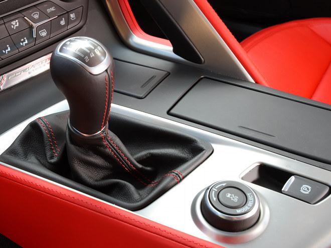 """トランスミッションは6ATに加え、写真の7MTも用意される。手前にあるダイアルが走行モードを切り替えるドライブモードセレクターだ"""""""