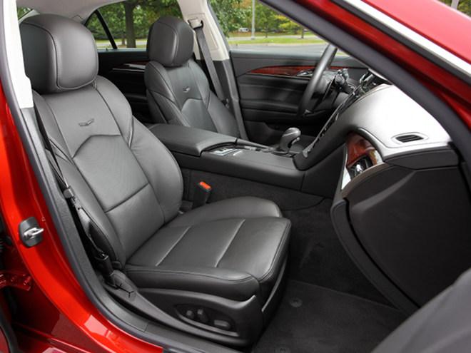 職人のハンドメイドによる本革シートを採用。フロントシートには、シートヒーターとベンチレーションが標準装備されている
