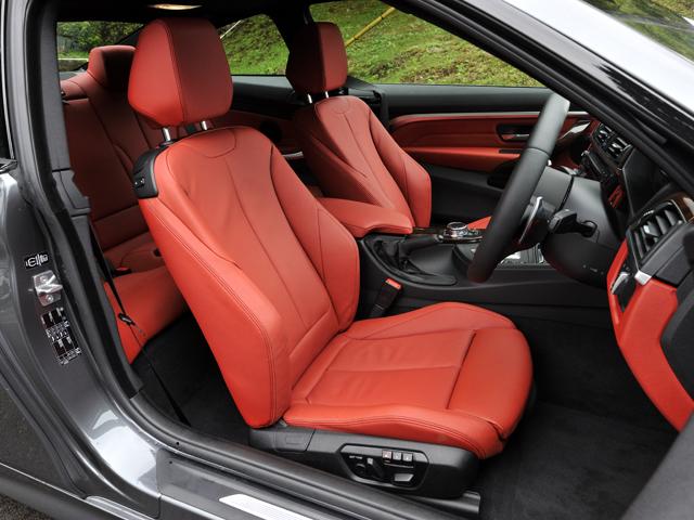 他モデル同様、内外装を個性的に演出するデザインラインもラインナップする。435iにはダコタ・レザーのスポーツシートを標準装備