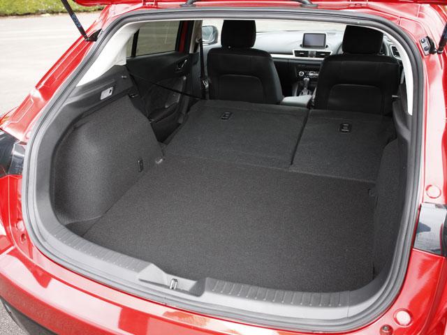 ハッチバックのアクセラスポーツのラゲージは後席背面を倒すことで大きな荷物も積める。通常時の容量は約350L、最大で約1334Lとなる