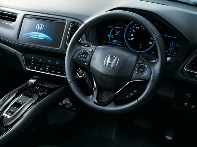 ドライバー側に傾けられたセンターパネルなど、運転席はクーペのようなデザインを採用。また、職人によるステッチが施されたソフトパッドが配置されている