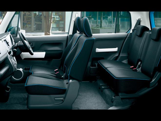 フルフラットになるなど、アウトドアレジャーでの使用を想定し、シートアレンジは非常に多彩。助手席は倒すことで簡易テーブルにもなる