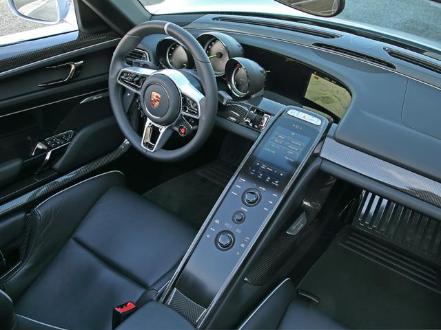 運転に必要なスイッチ類をステアリング周辺に、情報を3連メーターに集約。快適装備などはセンターコンソールに配した