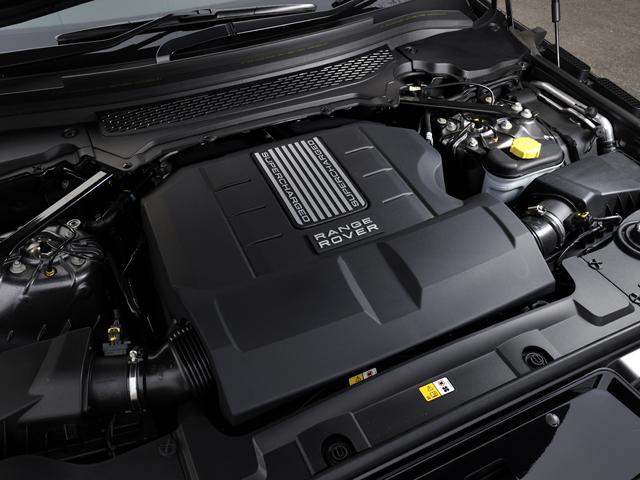 燃費は最大で約40%向上し、アイドリングストップ機能も付いた。0-100km/hの加速はV8が5.3秒、V6が7.2秒をマークする