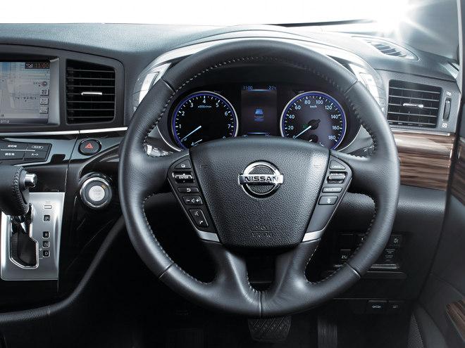大型化された2眼メーターの中央には、車両情報を表示する5インチのカラー液晶ディスプレイが設置されている