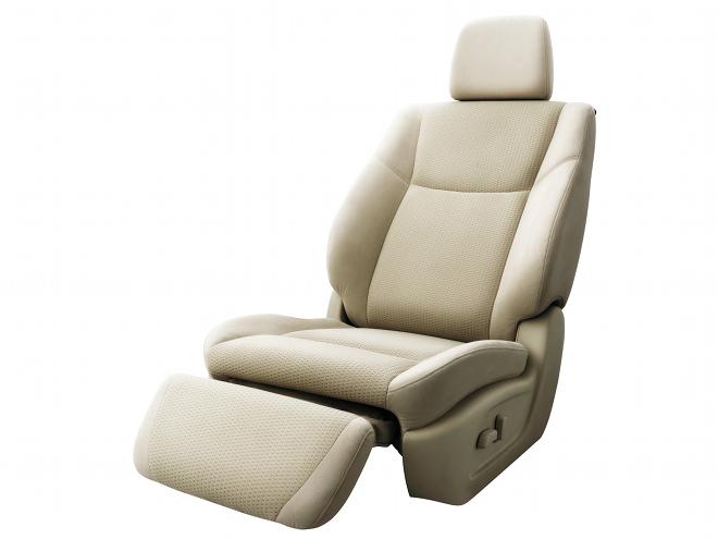 中折れ形状のスパイナルサポート機能付シートによってロングドライブでも快適。さらに助手席にはオットマンも用意される