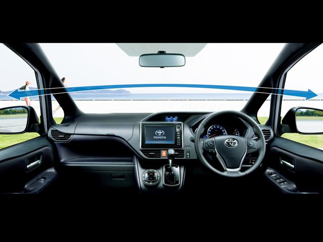 メーター類が運転席前に配置されるとともにメーターフードが低く抑えられたことで、より見晴らしが良くなっている