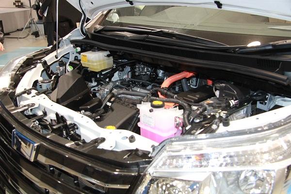 ハイブリッド車が新たに設定された。システムは、プリウスと同様の1.8Lエンジンとモーターの組み合わせで、バッテリーはニッケル水素バッテリーを採用。クラストップのJC08モード燃費23.8km/Lを達成した