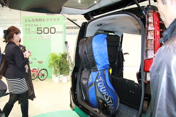 自転車やゴルフバッグなどの大きな荷物を積みやすくするため、荷室フロア高は従来型より60mm下げられ500mmとなった。床下収納ボックスを開ければ、高さのある荷物も積むことができる