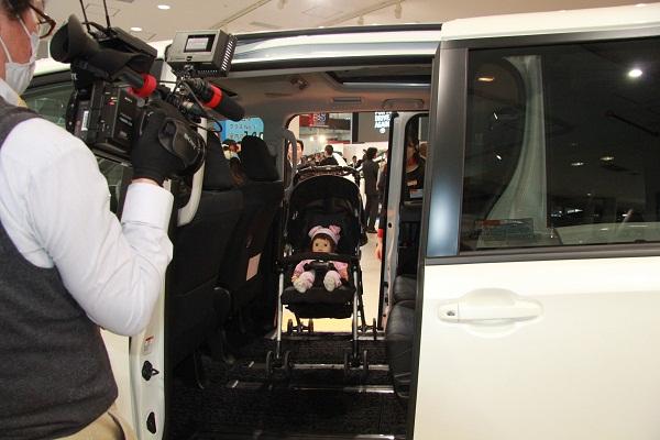 スライドドアの開口幅は、従来型から75mmアップ。クラストップの805mmとなった。ベビーカーごと車内に載せることができ、そこからチャイルドシートに座らせることも可能。子育て世代にはうれしいパッケージングとなっている