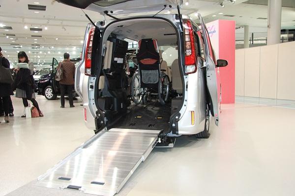 車いす仕様車は「福祉車両の普通の車化」をコンセプトに、より扱いやすく便利になった。例えば、写真のスロープはフロアに寝かせて格納できるため、3列目シートが普通に使うことができる