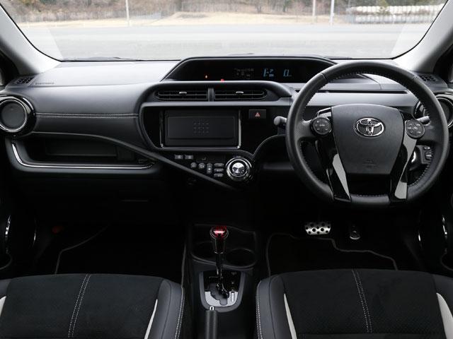 G's専用の内装色、ブラックで精悍な印象の車内。フロントシートは専用品となるスポーツタイプを装備。素材は合成皮革+アルカンターラだ