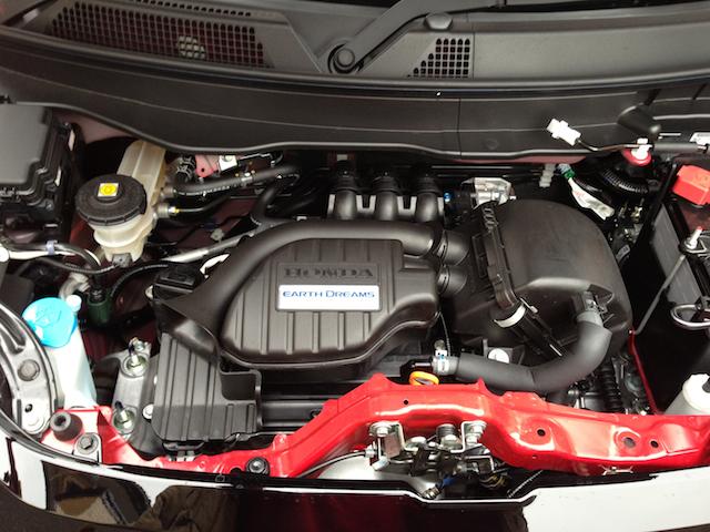吸気効率、冷間始動時の熱効率などが改善されたアースドリームステクノロジーの一端を担う新型エンジン。エンジン単体の燃費は大きく向上した