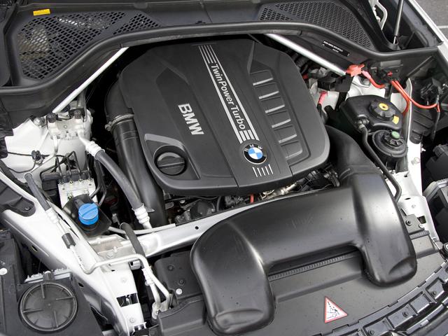 ディーゼル以外に306ps/400N・mの3Lターボ(35i)、450ps/650Nmの5Lツインターボ(50i)の2種類のガソリンエンジンをラインナップ