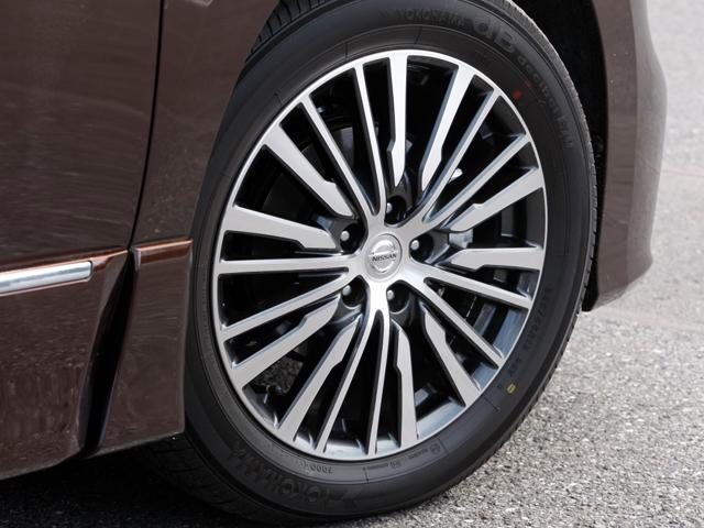 ハイウェイスター専用の18インチアルミホイールにはマルチスポークデザインを採用。切削処理も施され、足元も高級感とラグジュアリーさが際立っている。なお、250XGのフロントフェイスとホイールは従来のままだ