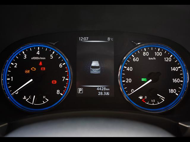 メーターパネルは3眼式から大型の2眼メーターへと変更された。中央には5インチのカラー液晶ディスプレイ「アドバンスドドライブアシストディスプレイ」が設置され、車両情報や航続可能距離などを確認できる