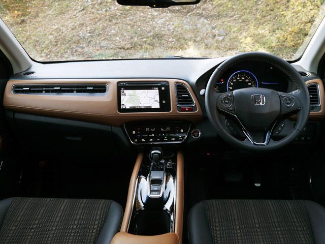 運転席は往年のスポーツカーのようにタイトな包まれ感を演出。電子制御パーキングブレーキなど上級装備も奢られている