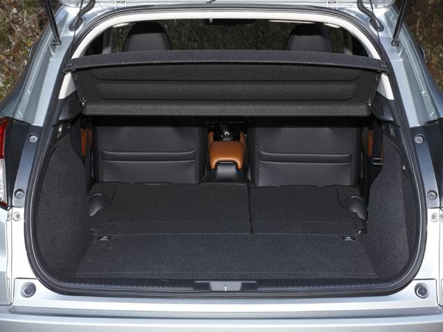 後席を倒さずにも393Lの容量を確保するラゲージ。後席背面を前倒すればフラットでさらに広い荷室空間が生まれる