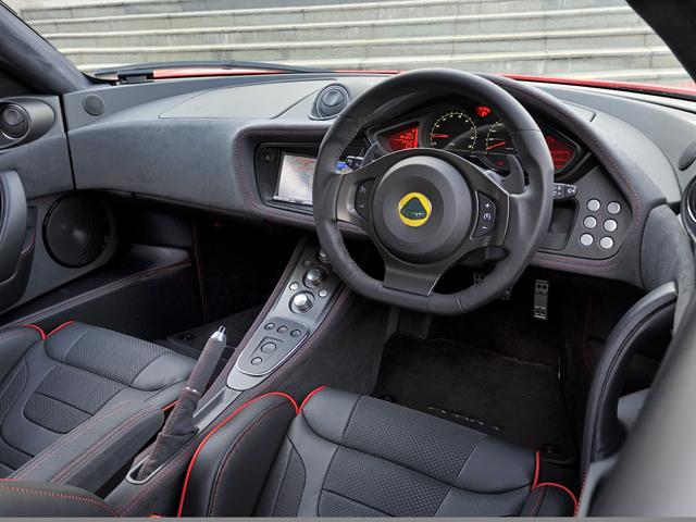 スポーツレーサーは2+2のシートレイアウトが標準となる。さらにプレミアム・スポーツシートが標準装備となりプレミアム感とスポーティさが演出される