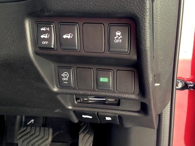 運転席の右側にはリアゲートの開閉や横滑り防止機能などのスイッチが並んでいる。形状が似ているので誤操作に注意したい