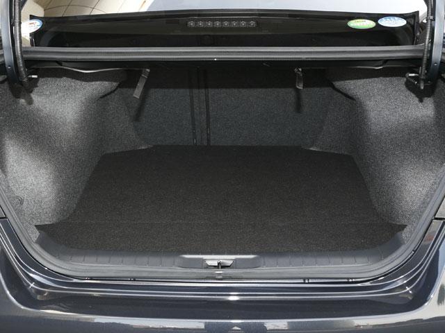トランク容量は先代モデルから変わらず、余裕のある506Lを確保。この容量を持って9インチのゴルフバッグが4つ収納可能