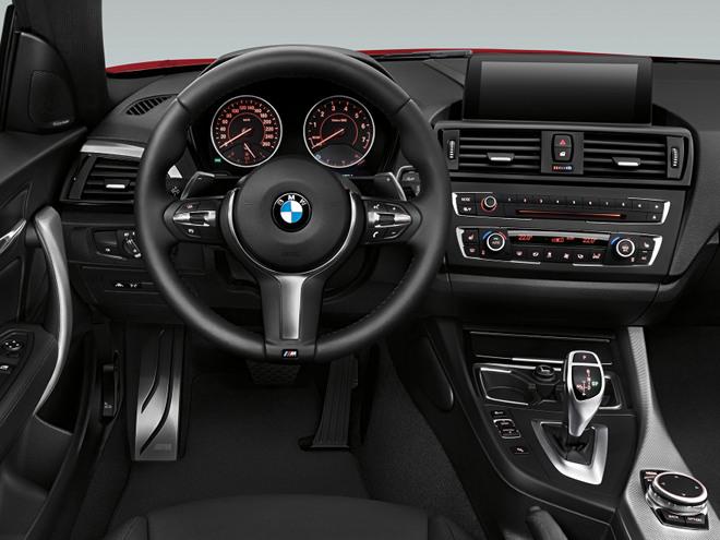 ドライバー中心のコックピット。センターコンソールは運転席側に向けてわずかに傾けられており、重要な操作系がドライバーの手が届く範囲に配置されている