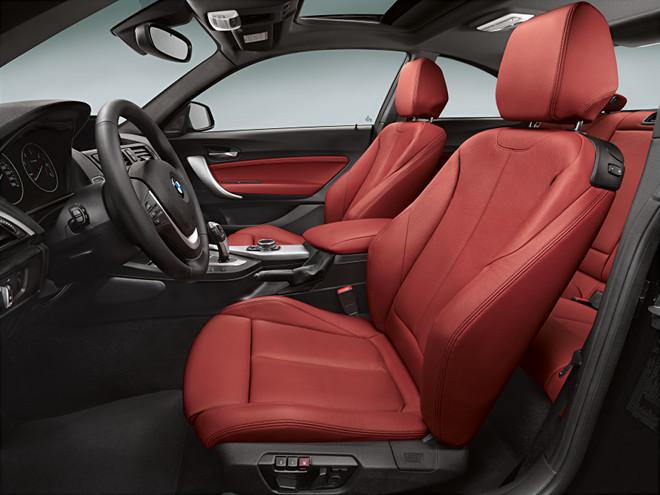 インテリアでは、電動調節式のサイドサポートが備わるスポーツシートを装備するなど、クーペらしいスポーティさが表現されている