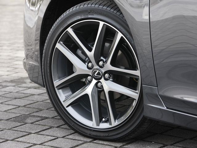 """""""F SPORT""""は専用デザインのアルミホイール(写真)を装備。サイズは215/45R17となる。version Lもデザインは違うが同様のサイズのタイヤを装備"""