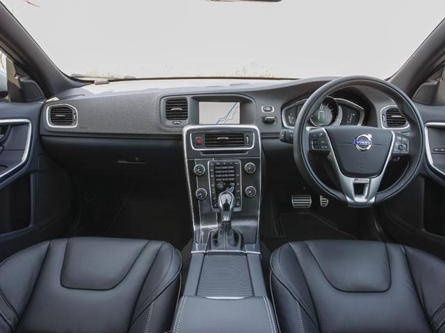 R-DESIGN専用となる本革を使用したシート、ステアリング、シフトノブで飾られるインテリア。カラーはブラックを基調とし、アルミのシルバーがアクセントになる