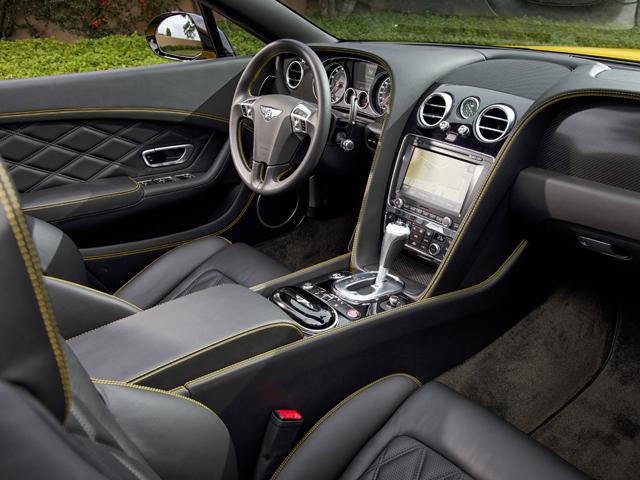 インテリアは他モデル同様にまさにベントレーといえる豪華な仕立て。サイドシルのトレッドプレートにV8 Sが刻まれる