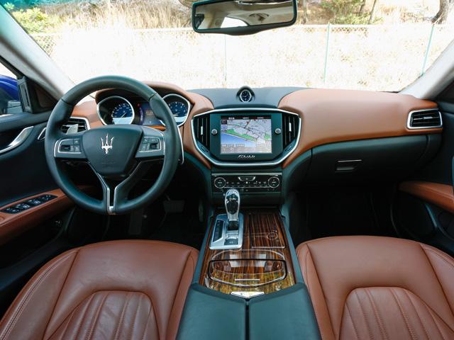 運転席と助手席を独立させたデザインのダッシュボードなどでスポーティ感を演出、クアトロポルテとの差別化が図られている