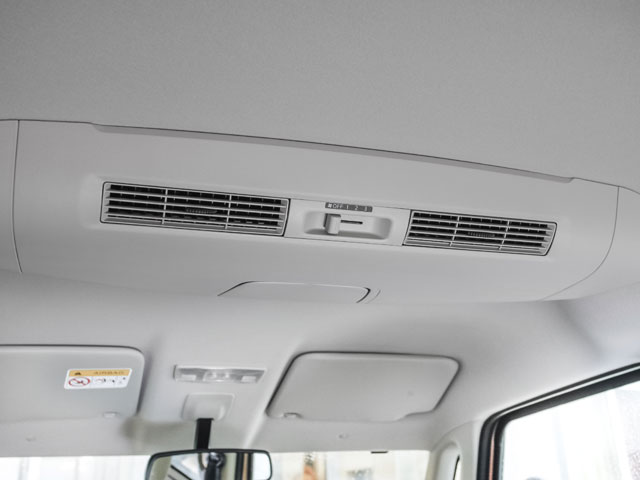 日産はリアシーリングファン、三菱はリアサーキュレーターと呼ぶ空調装置。これによりエアコンの効果を向上させ後部座席をより快適にする