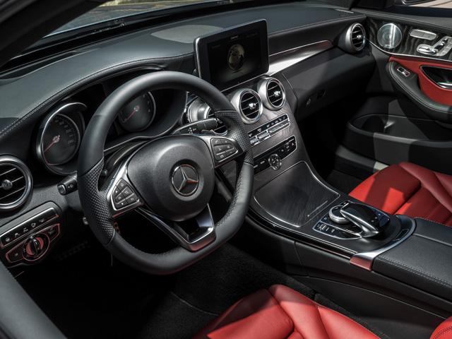 伝統のスタイルに、スポーツモデルの要素や新コンソールデザインが採用されている。コントローラーの上側には新デザインとなるタッチパッドが配された