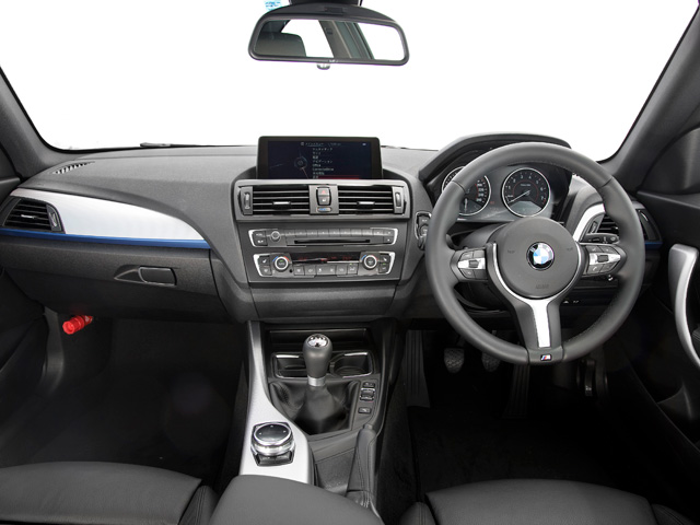 レイヤリングという手法を使い、空間の広がりを強調してあるインテリア。車のキャラクターを表すスポーツシートが標準で備わる