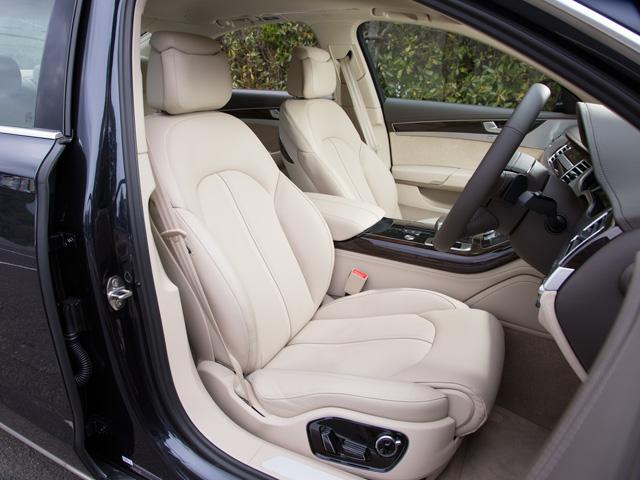 V8とW12のモデルにはコンフォートシートが採用された。また、2種類のアウディデザインセレクションも用意された