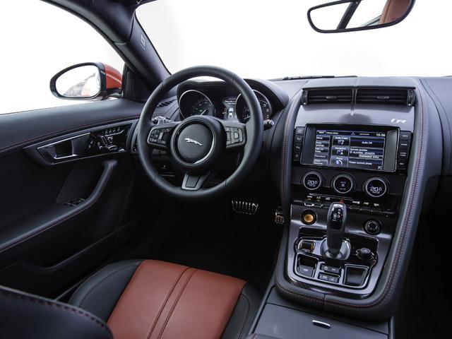 インテリアはコンバーチブル同様、ドライバー中心のデザインとなっている。Rには標準でパフォーマンスシートが装備されている