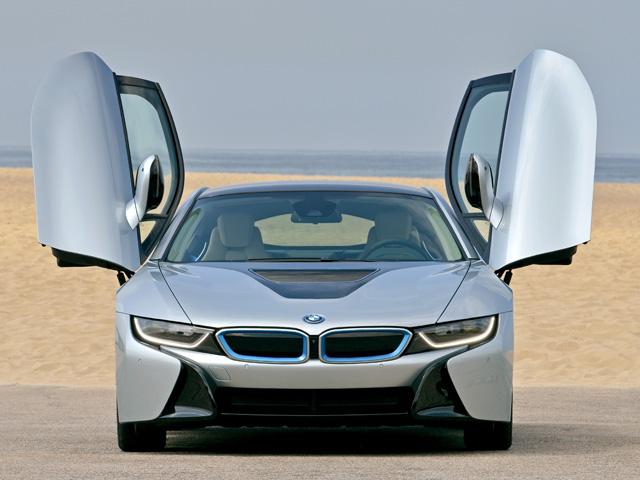 上方に跳ね上がるように開くシザー・ドアを採用している。BMWの象徴「キドニーグリル」はカバーパネル化されている