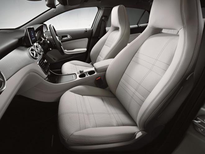 インテリアでは、前後席にヘッドレスト一体型のスポーツシートが採用された。緊急ブレーキのCPAなど最新の運転支援システムも採用されている