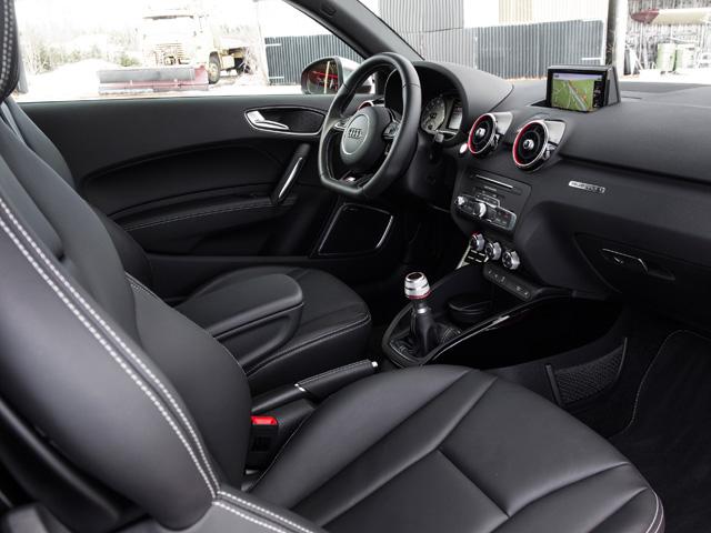 専用グレーメーターやスポーツシートを装備している。ブラックの内装にはオプションでカラーアクセントを追加できる