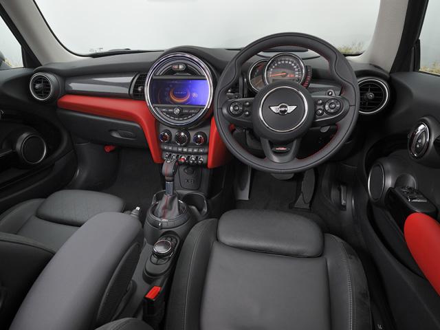▲センターメーター部にナビなどのディスプレイを配置。スピードメーターはステアリングコラムの上部へ
