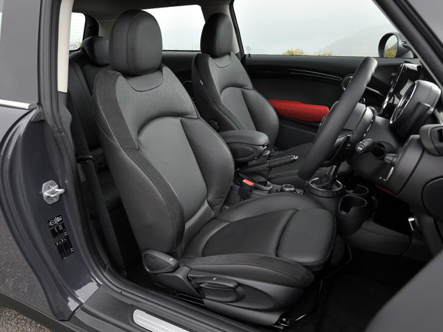 ▲クーパーSにはスポーツシートが標準。レザーシートをはじめ、従来どおり豊富なオプジョンが用意される
